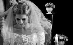 Panna młoda myśleć o wyborze fornal smokingowa ślubna kobieta zdjęcia royalty free