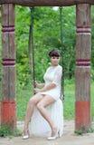 Panna młoda na huśtawce zdjęcie stock