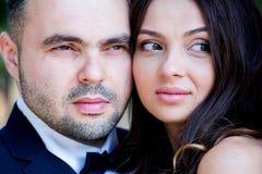 panna młoda, pan młody happy Rozochocona para małżeńska Właśnie para małżeńska obejmująca kilka apaszkę krystaliczna biżuteria zw obrazy royalty free