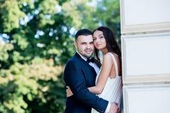 panna młoda, pan młody happy Rozochocona para małżeńska Właśnie para małżeńska obejmująca kilka apaszkę krystaliczna biżuteria zw fotografia stock