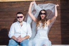 panna młoda, pan młody happy Rozochocona para małżeńska Właśnie para małżeńska obejmująca kilka apaszkę krystaliczna biżuteria zw zdjęcia royalty free