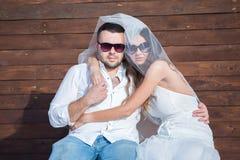 panna młoda, pan młody happy Rozochocona para małżeńska Właśnie para małżeńska obejmująca kilka apaszkę krystaliczna biżuteria zw obraz stock
