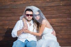 panna młoda, pan młody happy Rozochocona para małżeńska Właśnie para małżeńska obejmująca kilka apaszkę krystaliczna biżuteria zw zdjęcia stock