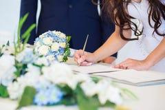 Panna młoda podpisuje ślubnego licencja Obraz Stock