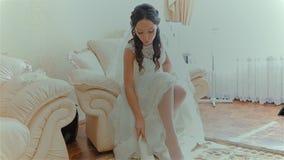 Panna młoda pokazuje białych ślubów buty zdjęcie wideo
