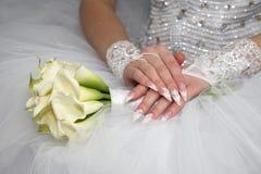 Panna młoda pokazuje ona robił manikiur ręki Fotografia Stock