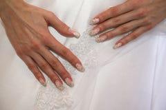 Panna młoda pokazuje ona robił manikiur ręki Zdjęcie Royalty Free