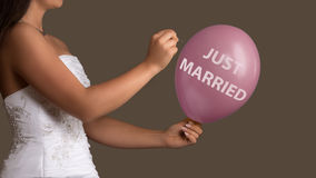 Panna młoda pozwala balon z tekstem pękać z igłą Obraz Stock