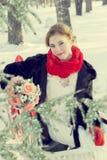 Panna młoda przy ślubem w zimie w białej sukni i czerwonym szaliku w czerwonych mitynkach Obraz Royalty Free