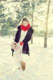 Panna młoda przy ślubem w zimie w białej sukni i czerwonym szaliku w czerwonych mitynkach Obrazy Royalty Free