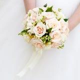 Panna młoda przy ślubnym mieniem bukiet kwiaty Obrazy Royalty Free