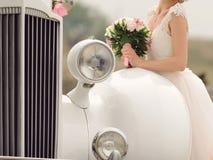 Panna młoda przy Białym Retro samochodem zdjęcia royalty free