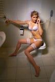 panna młoda przykuwająca zakłada kajdanki siedzącą toaletę Obraz Royalty Free