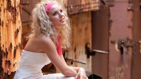 Panna młoda Siedzi Wśród ruin rdza zdjęcie wideo