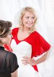 Panna młoda stawia ślubną togę Obraz Stock