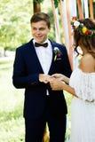 Panna młoda stawiająca na obrączce ślubnej fornala palec zdjęcia stock