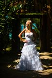 Panna młoda stojaki w tropikalnym ogródzie zdjęcia stock