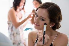 Panna młoda stosuje jej makeup robi jej ślubnemu przygotowaniu Fotografia Royalty Free