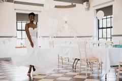 Panna młoda taniec na jej dniu ślubu Zdjęcie Stock