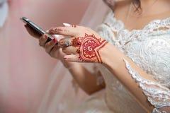 Panna młoda tatuaż Pann młodych spojrzenia przy telefonem fotografia royalty free