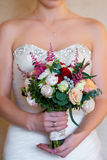 Panna młoda trzyma ślubnego bukiet różowe róże Fotografia Stock