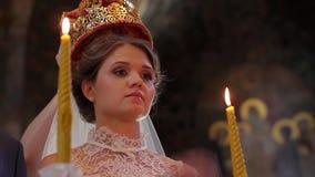 Panna młoda trzyma świeczkę w kościół zdjęcie wideo
