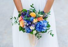 Panna młoda trzyma błękitnego ślubnego bukiet zdjęcie stock