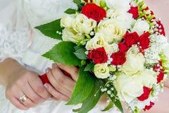 Panna młoda trzyma eleganckiego ślubnego bukiet w jej hands_ Obrazy Royalty Free