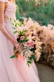 Panna młoda trzyma nieociosany ślubny bukieta składać się z różni kwiaty Dekoraci grafika Zdjęcia Stock