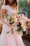 Panna młoda trzyma nieociosany ślubny bukieta składać się z różni kwiaty Dekoraci grafika Obrazy Stock
