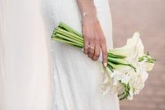 Panna młoda trzyma pięknego białego ślub kwitnie bukiet Zdjęcie Royalty Free