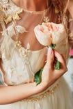 panna młoda trzyma róża kwiatu w rękach zdjęcia royalty free