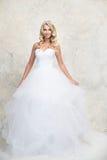 Panna młoda w białej ślubnej sukni z koroną Blondynka Obraz Stock