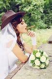 Panna młoda w kowbojskim kapeluszu, zabarwiającym Zdjęcia Royalty Free