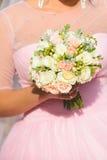 Panna młoda w menchiach z kwiatami obrazy stock