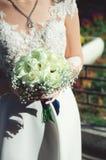 Panna młoda w pięknej ślubnej sukni trzyma bukiet białe róże obraz royalty free