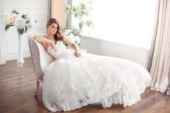 Panna młoda w piękny smokingowy siedzący odpoczywać na kanapie indoors Fotografia Royalty Free