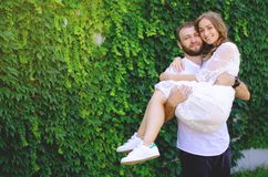 Panna młoda w rękach fornala ` s bielu suknia zdjęcie stock