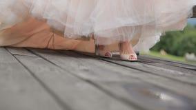 Panna młoda w sandałach w długiej szyk sukni i Gruzja zdjęcie wideo