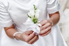 Panna młoda wręcza trzymać pięknego ślubnego bukiet Obraz Stock