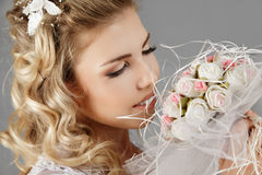 Panna młoda z ślubnym bukietem obrazy stock