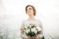 Panna młoda z ślubnym makeup i fryzurą pannę młodą uśmiecha się _ fotografia royalty free