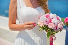 Panna młoda z bukietem z pierścionkiem w rękach Fotografia Royalty Free