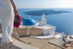 Panna młoda z buty w jego rękach stoi wysoko nad wybrzeżem Fotografia Royalty Free