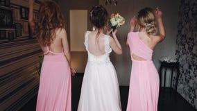 Panna młoda z drużkami w różowych sukniach tanczy zbiory