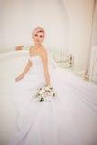 Panna młoda z eleganckim makijażem w biel sukni Zdjęcia Royalty Free