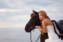 Panna młoda z koniem morzem Obrazy Royalty Free