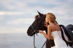 Panna młoda z koniem morzem Zdjęcia Royalty Free