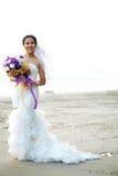 Panna młoda z kwiatu bukietem na plaży Obrazy Stock