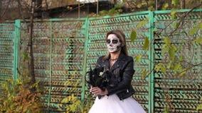 Panna młoda z przerażającym czaszki makeup dla Halloween w zaniechanym mieście zdjęcie wideo